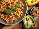 Рецепта Салата от варен нахут, кълцани свежи зеленчуци (чушки, чери домати) и препечени кренвирши или колбас